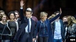 Переможець президентських виборів Емманюель Макрон та його дружина Бріджит приймають привітання прихильників