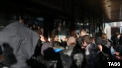 """Во время беспорядков у торгового центра """"Бирюза"""" в районе Бирюлево Западное"""