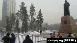 Темір турникеттермен қоршалған Абай ескерткіші. Алматы, 15 ақпан 2014 жыл.