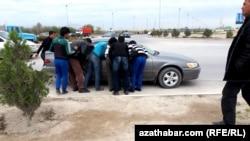 На черном рынке труда. Мужчины торгуются насчет поденной работы на улице на окраине Ашгабата.