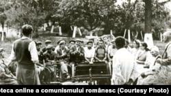 La căminul cultural din comuna Jobel, Regiunea Timişoara, se organizează cercul agrotehnic.(1950) Fototeca online a comunismului românesc, cota:2/1950