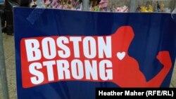 """Жарылыстан кейін Бостон көшесінде пайда болған """"Бостон қайыспайды!"""" деген жазуы бар баннер. 23 сәуір 2013 жыл"""