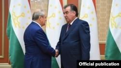 Глава МИД Узбекистана Абдулазиз Камилов (слева) и президент Таджикистана Эмомали Рахмон. Душанбе, 29 сентября 2016 года.