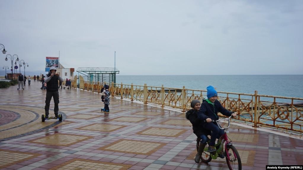 Заморосил дождик. На набережной в районе пляжа санатория «Киев»