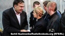 Екс-президент Грузії Міхеїл Саакашвілі та Юлія Тимошенко під час засідання суду в Києві, 11 грудня 2017 року