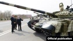 Президент Азербайджана Ильхам Алиев осматривает российские танки T-90 на военной базе в Нахичеване, апрель 2014 г․