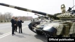 Президент Азербайджана Ильхам Алиев рассматривает российский танк Т-90 на военной базе в Нахичеване, 7 апреля 2014 г.
