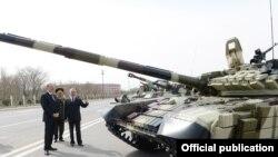 Prezident Əliyev Rusiya istehsallı T-90 tanklarını nəzərdən keçirir