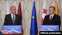 Єврокомісар Дімітріс Аврамопулос (л) і грузинський прем'єр Георгій Квірікашвілі на спільній прес-конференції, Тбілісі, 27 лютого 2017 року