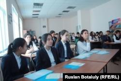 Сабақта отырған мектеп оқушылары. Астана, 2 ақпан 2017 жыл. (Көрнекі сурет)