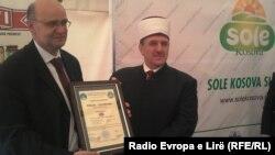 """Të martën, kompania """"Sole Kosova"""" u bë me certifikatë Hallall, të cilën e nënshkroi prijësi i Bashkësisë Islame të Kosovës, Myftiu Naim Tërnava dhe Islam Hasani në emër të Kosova Hallall Institut."""