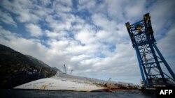 Затонувший корабль Costa Concordia у берега острова Генуя. 12 января 2013 года.