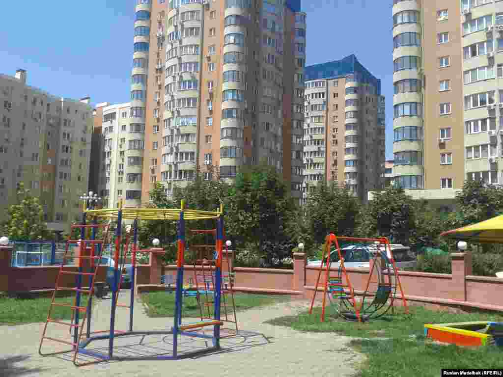 Дворы недавно возведенных жилых комплексов оснащены намного лучше. Детские площадки в новостройках огорожены, там установлены различные аттракционы. Алматы, 21 августа 2013 года.