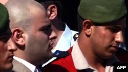 Убийца Данка Огюн Самаст (в центре) в сопровождении полиции (архивное фото)
