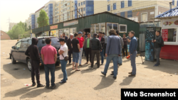 Car City сауда орталығының айналасындағы шағын дүкен иелері наразылық танытып тұр. Алматы, 3 мамыр 2018 жыл.