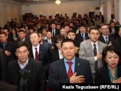 """""""Руханият"""" партиясының съезінде тұрған делегаттар. Алматы, 30 қараша 2011 жыл. (Көрнекі сурет)"""