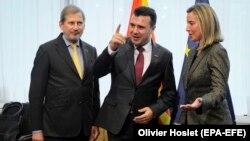 Komesari për Zgjerim, Johanes Hahn, përfaqësuesja e lartë, Federica Mogherini dhe kryeministri i Maqedonisë së Veriut, Zoran Zaev.