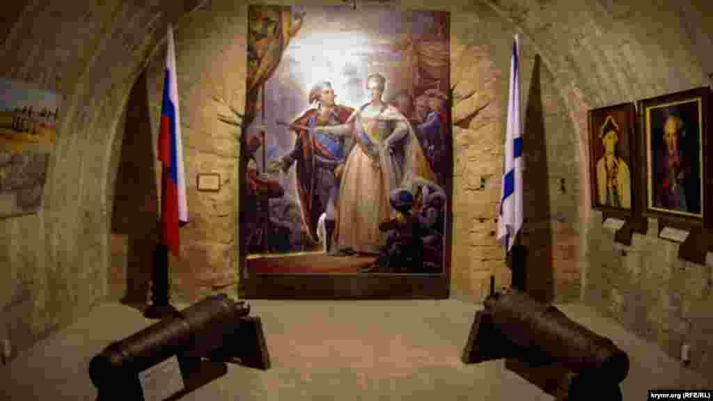 Перший експозиційний зал музею «Михайлівська батарея» з портретом російської імператриці Катерини II, квітень 2019 року