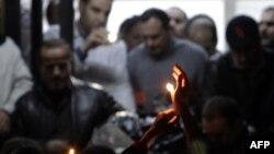 Тело Жиля Жакье перевозят из Хомса в Дамаск - для отправки на родину. Жители Хомса собрались, чтобы выразить свою скорбь.