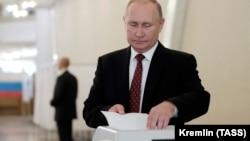 Ruski predsjednik Vladimir Putin tokom glasanja u Moskvi