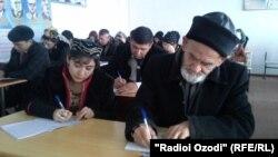Университетте дәріс жазып отырған Гуломхайдар Искандаров.