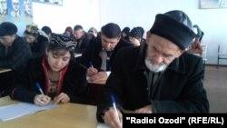Гуломхайдар Искандаров записывает лекцию