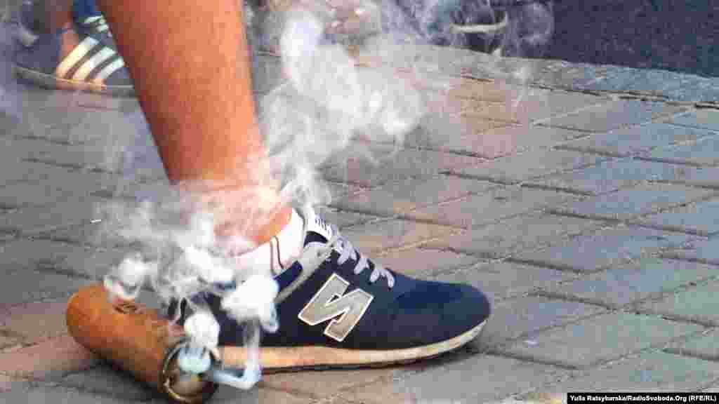 Димова шашка в кількох сантиметрах від кросівок уболівальника