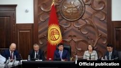 Премьер-министр Мухаммедкалый Абылгазиев (в центре) и вице-премьер-министры. 23 апреля 2018 года.
