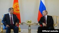Президент Кыргызстана Алмазбек Атамбаев (слева) и президент России Владимир Путин.