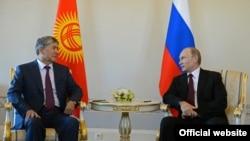 Almazbek Atambajev i Vladimir Putin u Petersburgu