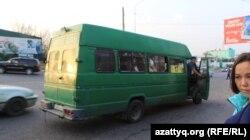Шымкент қаласындағы ескі шағын автобустардың бірі. 31 қазан 2017 жыл.