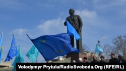 Demonstrație la Simferopol, în Ucraina, în fața statuii lui Lenin