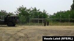 Gardul de metal în dreptul satului Morahalom