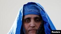درین ماه شربت گل، زن افغان که به اتهام داشتن اسناد جعلی اقامت در پاکستان زندانی شده بود، به افغانستان سپرده شد.