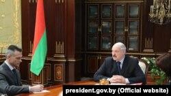 Аляксандар Лукашэнка (справа) і яго новы памочнік у агульных пытаньнях Мікалай Латышонак (зьлева)