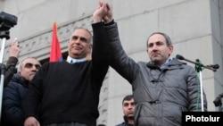 Раффи Ованнисян (слева) и Никол Пашинян (справа) в ходе митинга на площади Свободы, Ереван, 20 февраля 2013 г.