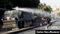 Чиле - Демонстрант во судир во полицијата за време на протест во Сантијаго против покачувањето на цените за транспорт.