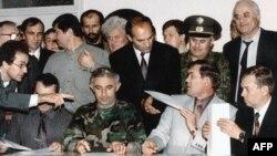 Аслан Масхадов и Александр Лебедь на церемонии подписания соглашений