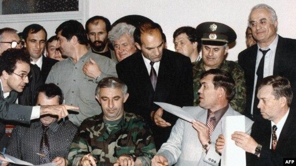 Александр Лебедь и Аслан Масхадов подписывают договор о прекращении огня в Хасавюрте (30 августа 1996)