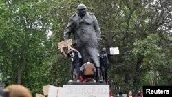 Пам'ятник Вінстону Черчиллю біля британського парламенту атакують мітингувальники. Лондон, 3 червня 2020 року