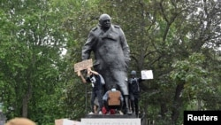 Известната статуя на Чърчил беше обградена заради заплахата от нейното поругаване