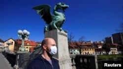 Човек со маска во Љубљана во март годинава на почетокот на пандемијата