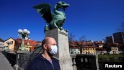 Илустрација: Човек со маска во Љубљана во март 2020