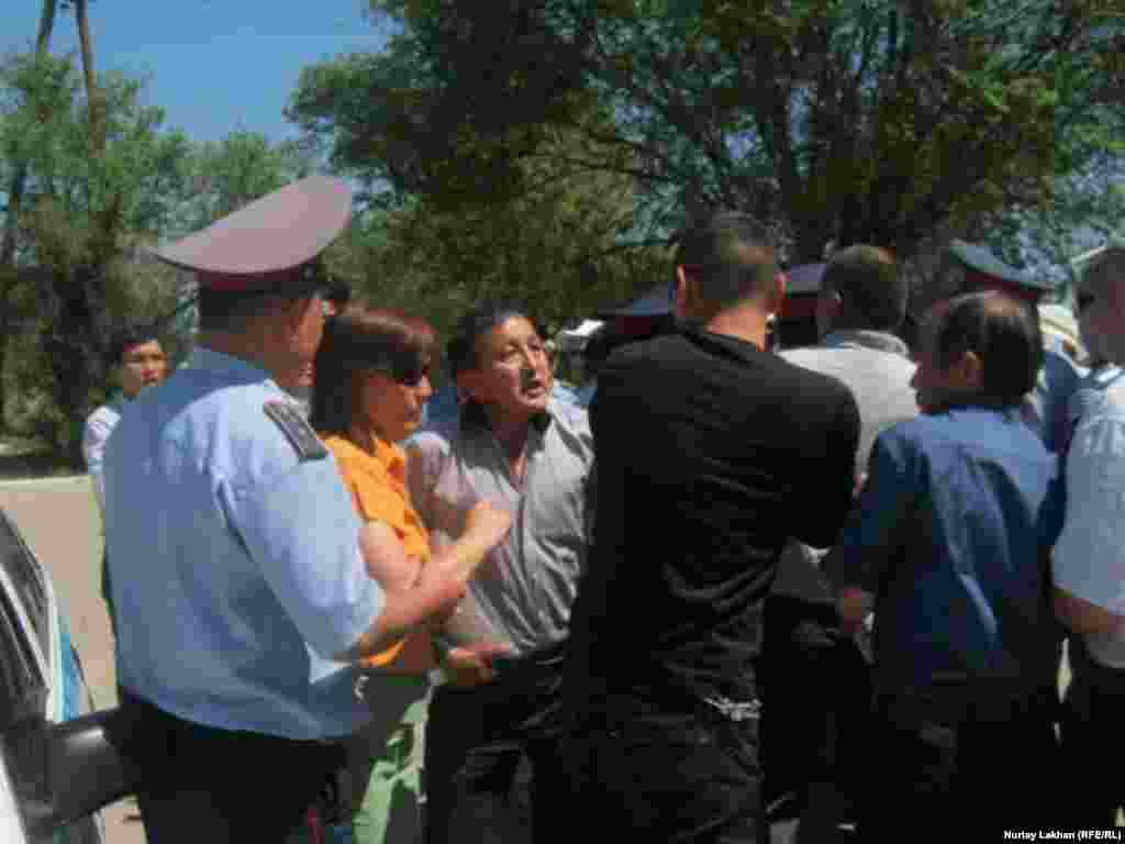 Люди заступаются за члена организации «Желтоксан акикаты» Сайлау Бекхожина, которого хотели задержать за призыв к участию в митинге 15 июня. Посёлок Жаналык Талгарского района Алматинской области.