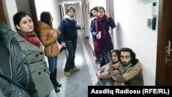 Кеңсені тінту кезінде Азаттық журналистерін сыртқа шығарып жіберді. Баку, 26 желтоқсан 2014 жыл.