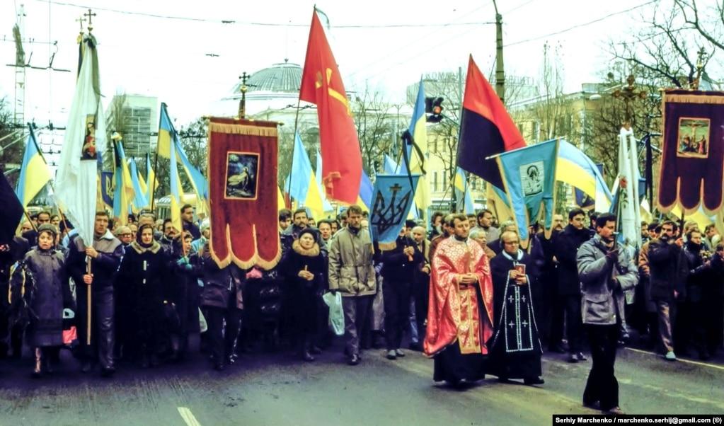 Під час багатолюдної ходи в центрі Києва серед великої кількості синьо-жовтих прапорів майорів і великий червоно-чорний стяг.Влада не наважилася перешкодити цьому
