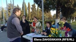 Депутат Астамур Аршба поздравляет участниц голодовки с 8 Марта