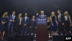 Donald Trump ailə üzvləri ilə birlikdə.