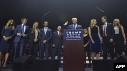 D.Trump ailə üzvləri ilə birlikdə.