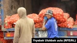 Рабочие выгружают лук из Казахстана на рынке «Сары-Озон». Бишкек, 11 октября 2018 года.